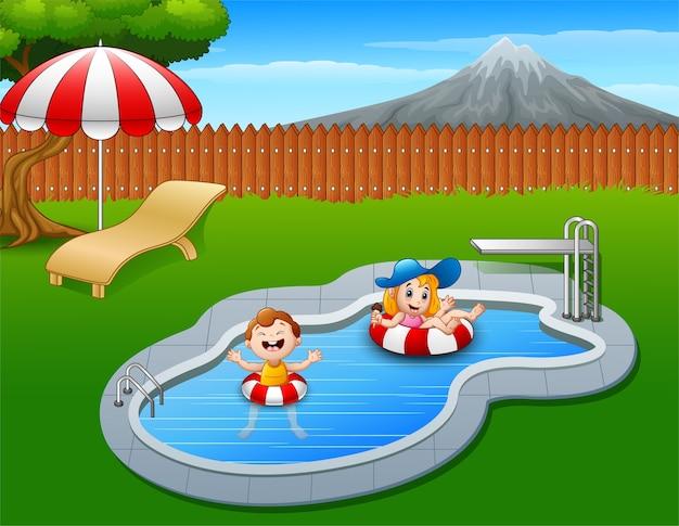 Crianças flutuando no anel inflável na piscina
