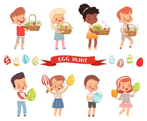 Crianças fofas e alegres carregam cestas de páscoa e ovos pintados para o feriado.
