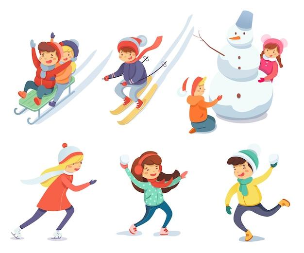 Crianças fofas e felizes brincando no natal ou no ano novo. esqui, construindo um boneco de neve.