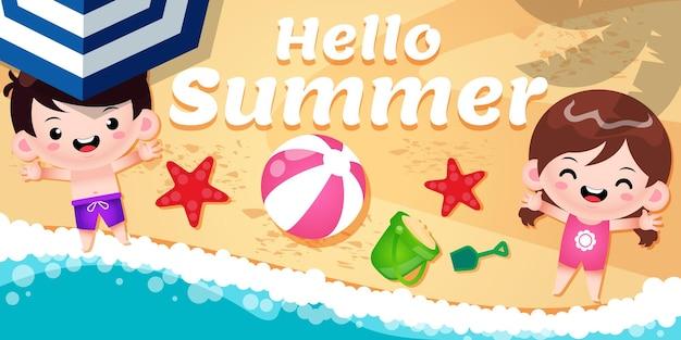 Crianças fofas e felizes nas areias da praia com o banner de saudação de verão