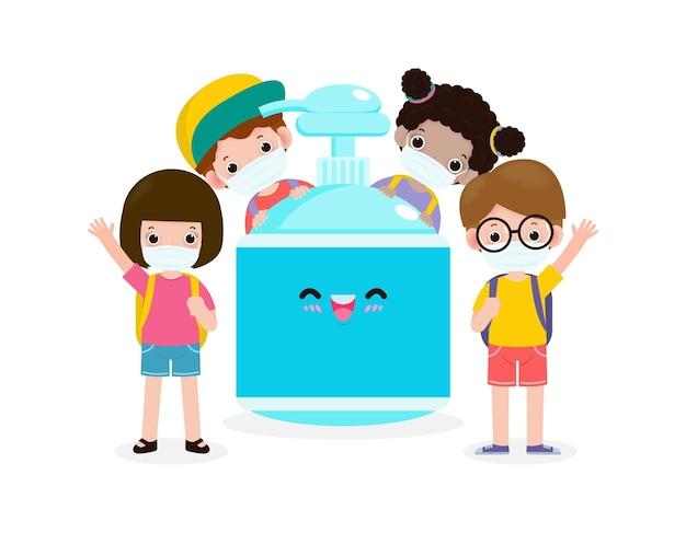Crianças fofas e mochila com máscara facial e álcool gel