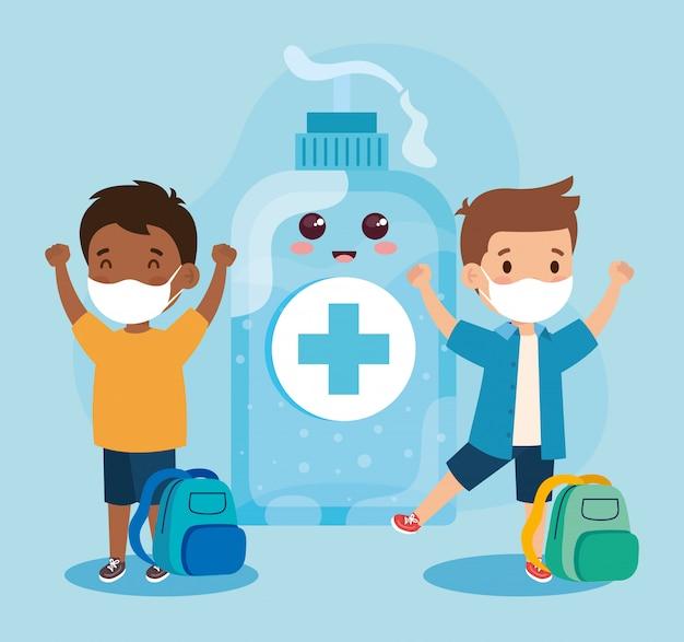 Crianças fofas usando máscara médica para evitar o covid 19 do coronavírus e a desinfecção com mamadeira