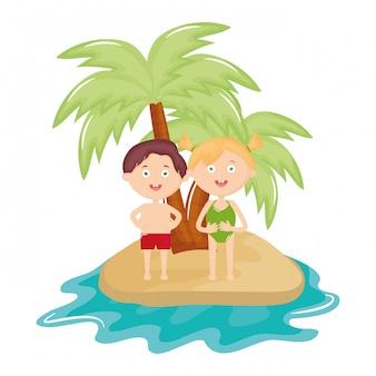 Crianças fofos com maiô na praia