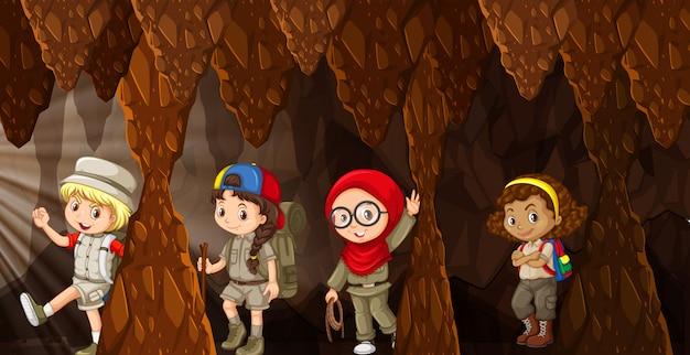 Crianças internacionais acampando na caverna