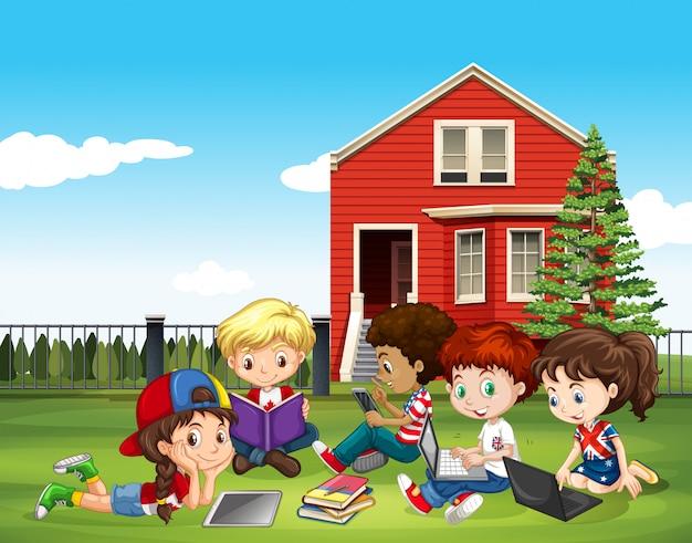 Crianças internacionais estudando fora da sala de aula