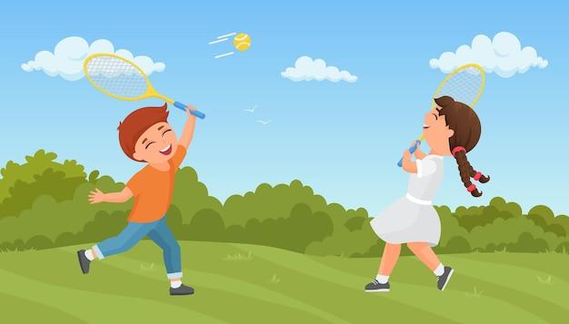 Crianças jogam tênis no parque de verão animado, menino, menina, treinando, jogando esporte juntos