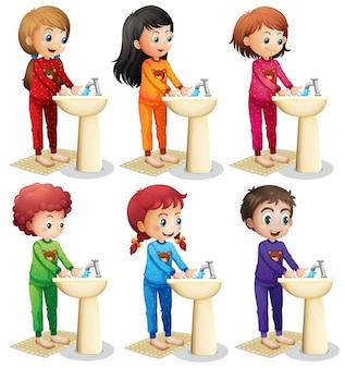 Crianças lavando as mãos antes de ir para a cama