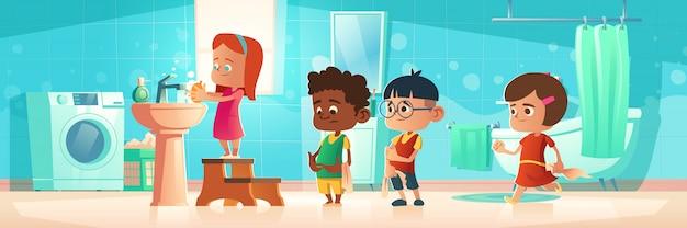 Crianças, lavando, mãos, ficar, fila, em casa, banheiro