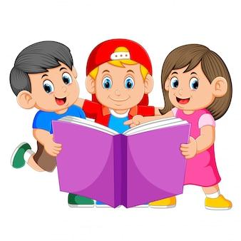 Crianças lendo grande livro