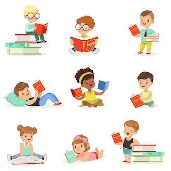 Crianças lendo livros e apreciando a coleção de literatura de meninos bonitos e meninas que adoram ler sentado e deitado rodeado de pilhas de livros.