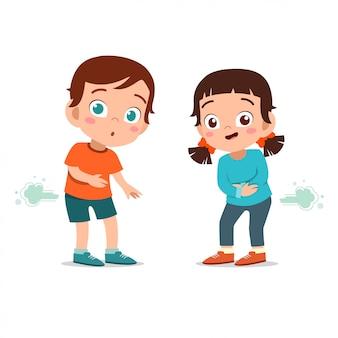Crianças menino e menina peidar