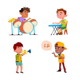Crianças meninos tocando em vetor de conjunto de orquestra de música. crianças brincam na orquestra musical e cantando canção juntos. personagens atuando em ilustrações de desenhos animados planos de músico