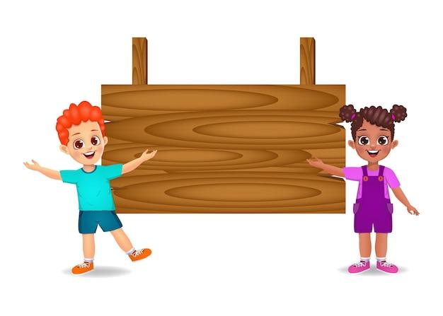 Crianças mostrando uma placa de madeira em branco