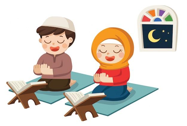 Crianças muçulmanas lendo o alcorão (o livro sagrado do islã) e orando na sala.