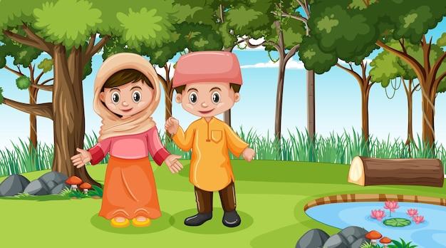 Crianças muçulmanas usam roupas tradicionais na cena da floresta