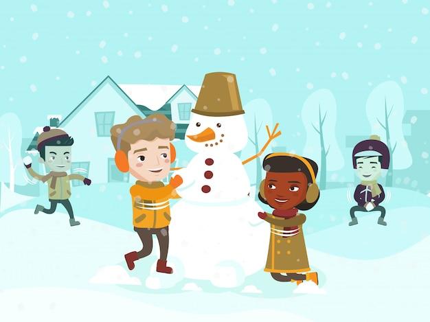 Crianças multiculturais fazendo um boneco de neve.