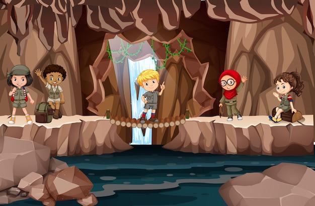Crianças multiculturais na caverna
