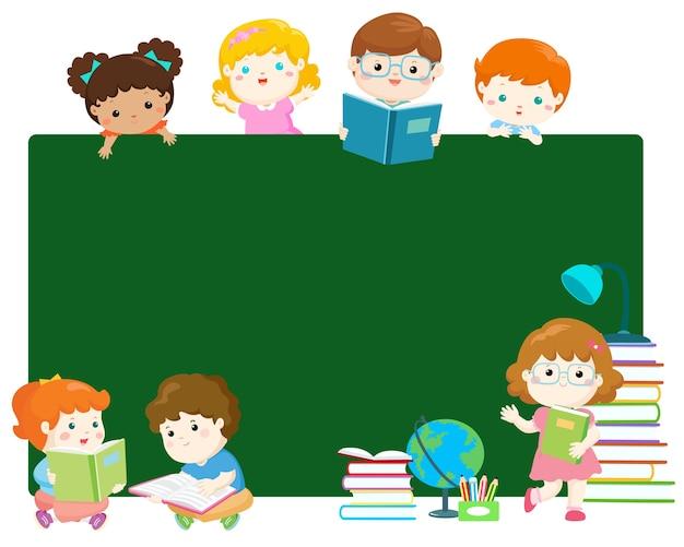 Crianças multirraciais bonitos atrás do vetor do quadro-negro.