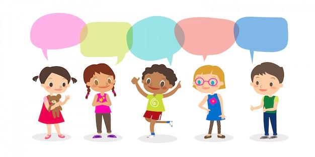 Crianças multirraciais com bolhas do discurso, grupo de crianças diversas e nacionalidades diferentes com as bolhas do discurso isoladas no fundo branco, crianças que compartilham do conceito da ideia. vetorial, caricatura, ilustração