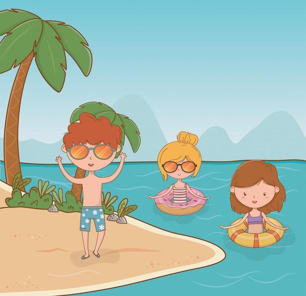 Crianças na cena da praia