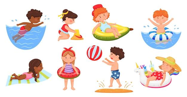 Crianças na praia, meninos e meninas em trajes de banho, nadando no mar, construindo um conjunto de vetores de castelo de areia