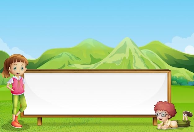 Crianças no campo com uma tabuleta larga e vazia