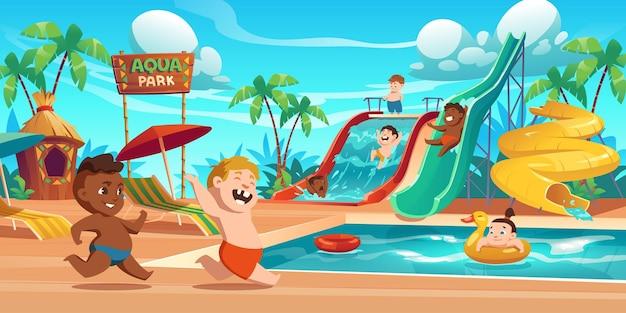 Crianças no parque aquático, parque aquático de diversões com atrações aquáticas