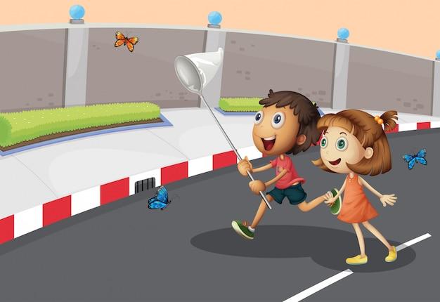 Crianças pegando borboletas na rua