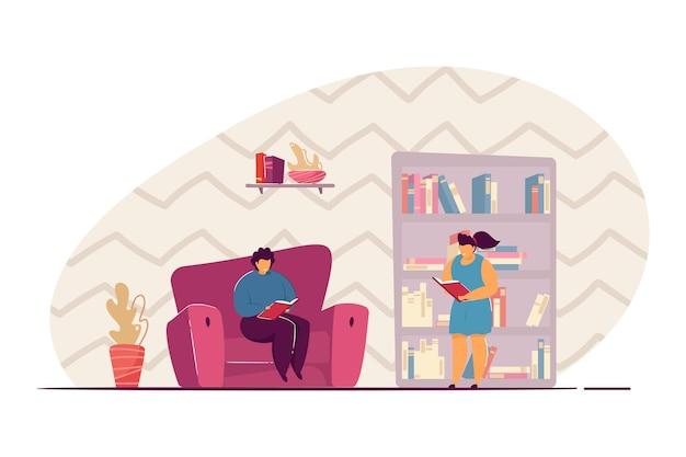 Crianças pegando livros da estante. menino lendo livro na poltrona, ilustração em vetor plana biblioteca doméstica. educação infantil, lazer, conceito de literatura para banner, design de site ou página de destino
