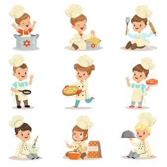 Crianças pequenas em chefe casaco de bico duplo e chapéu de toque cozinhar alimentos e assar conjunto de personagens de desenhos animados bonitos, preparando a refeição