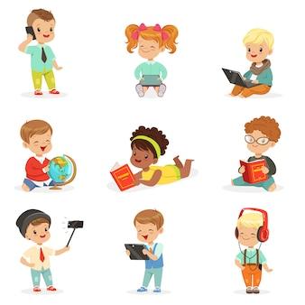 Crianças pequenas, usando aparelhos modernos e livros de leitura, infância e tecnologia série de ilustrações bonitinha