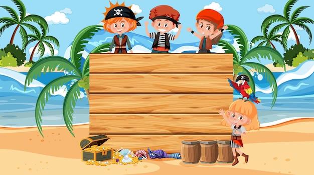 Crianças piratas na cena diurna da praia com um modelo de banner de madeira vazio