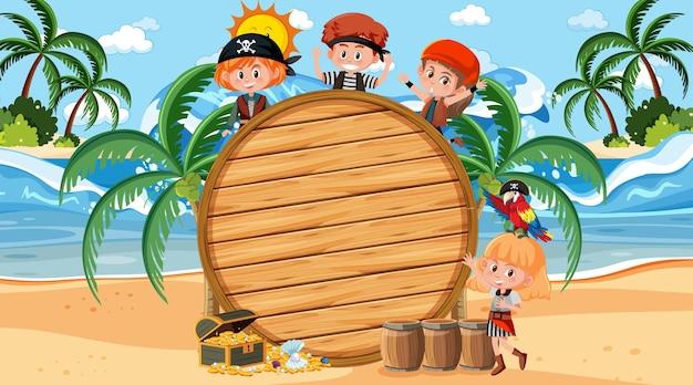 Crianças piratas na cena diurna da praia com um modelo de banner vazio