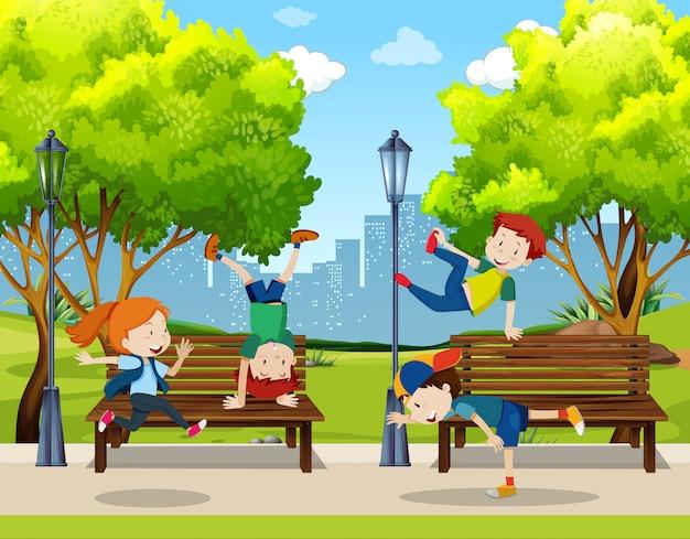 Crianças praticam dança de rua no parque