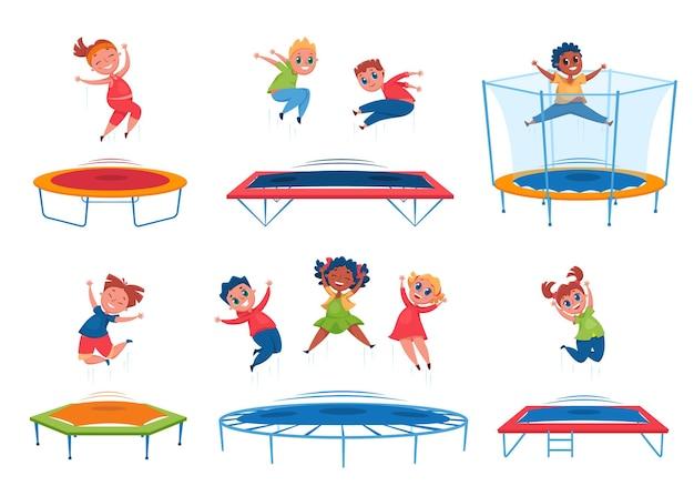 Crianças pulando na cama elástica. garotos e garotas felizes pulando e se divertindo. crianças cheias de energia pulam juntas. conjunto de desenhos animados de atividade ao ar livre do grupo.