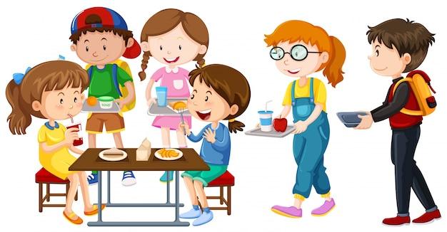 Crianças que almoçam na mesa