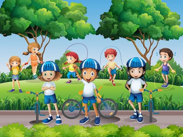 Crianças que exercitam no parque