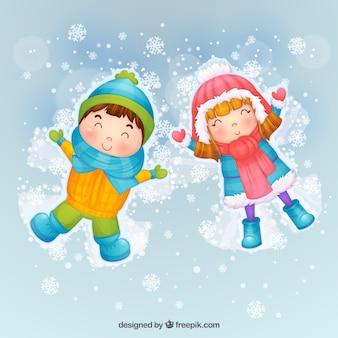 Crianças que fazem anjos da neve