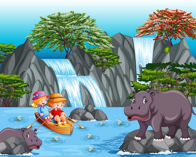 Crianças remando o barco na cena da cachoeira