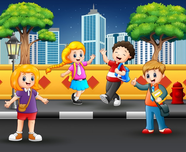 Crianças saindo na calçada