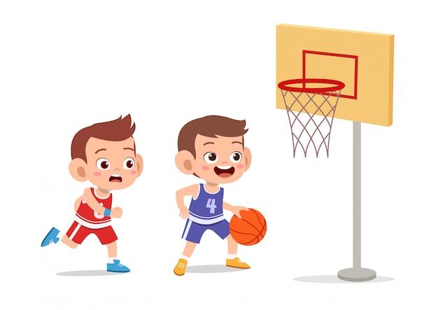Crianças saltam de basquete