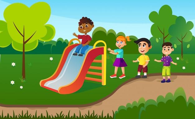 Crianças se divertindo no slide, atividades de acampamento de verão.
