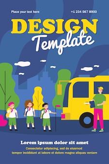 Crianças se reunindo em ônibus para modelo de acampamento