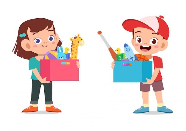 Crianças segurando caixa de brinquedos