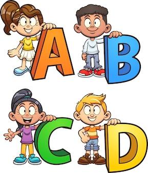 Crianças segurando letras do alfabeto