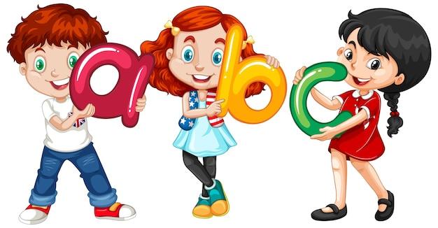 Crianças segurando letras em inglês