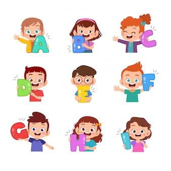 Crianças segurando o pacote conjunto de alfabeto