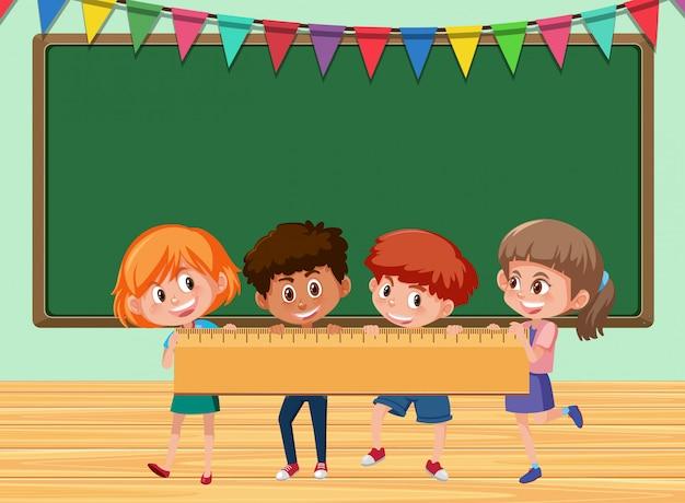 Crianças, segurando, régua, em, sala aula