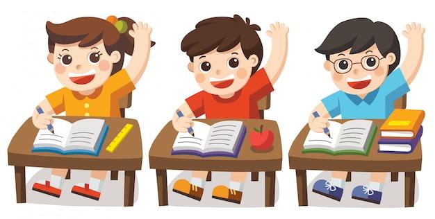 Crianças sentadas na mesa da escola e mãos para responder. aluno, levantando a mão na classe.