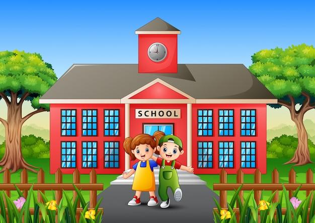 Crianças sorrindo em frente ao pátio da escola
